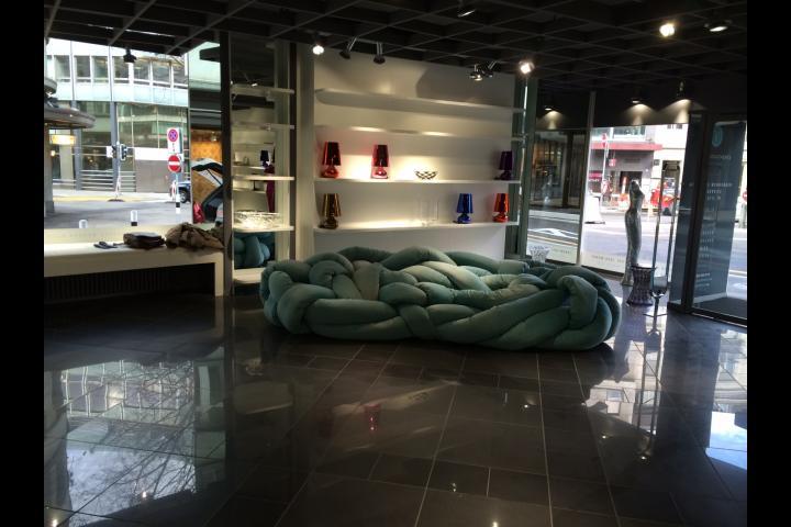 kręcona sofa -  projekt Hotel Szwajcaria