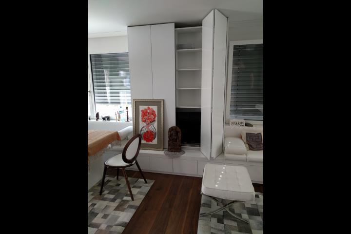 Drzrwi szafy wyściełane skórą - projekt Szwajcaria